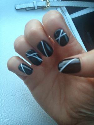 black and white graphc manicure